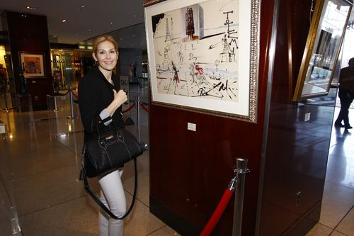 Kelly Rutherford at art gallery